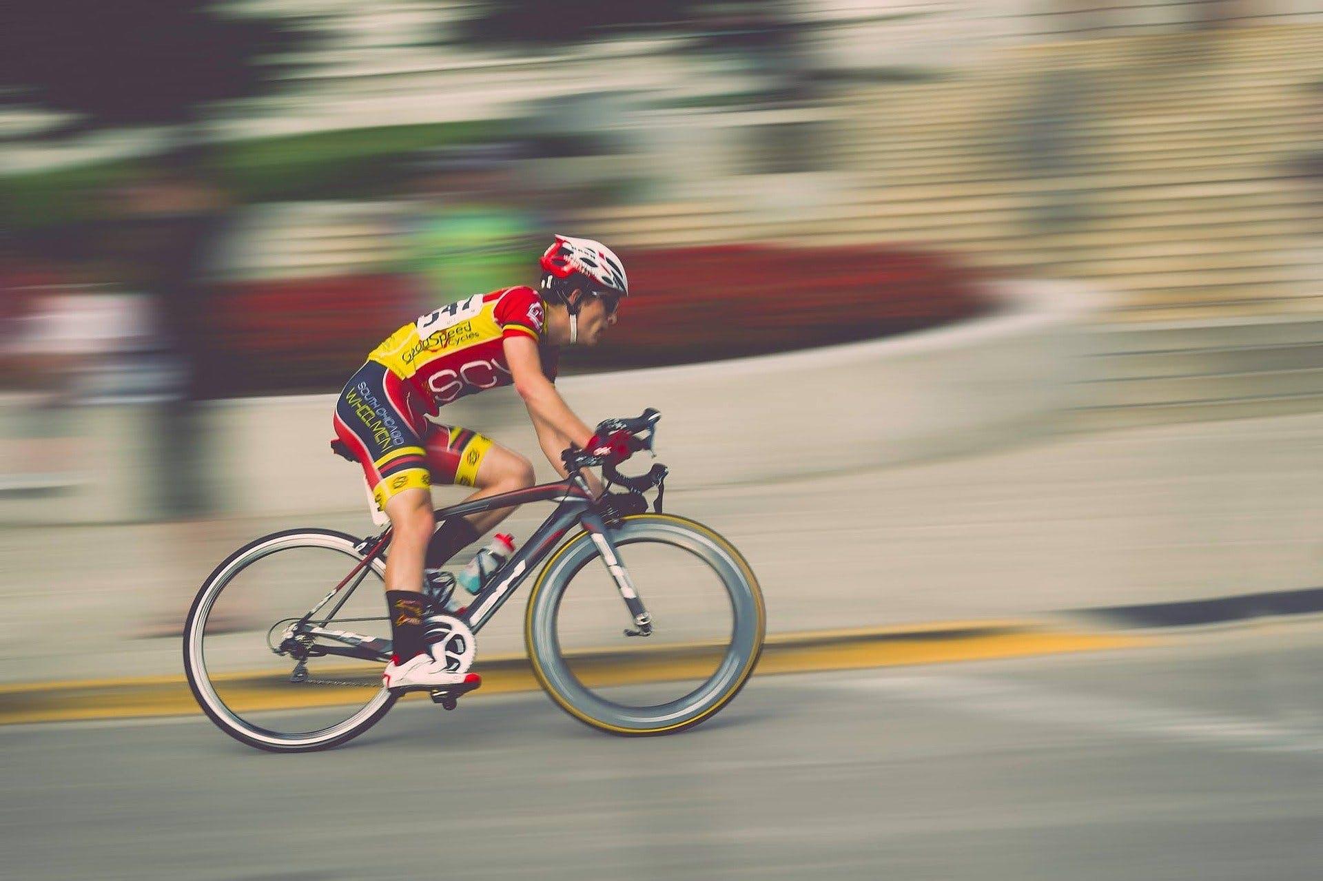 ciclista em uma prova de corrida
