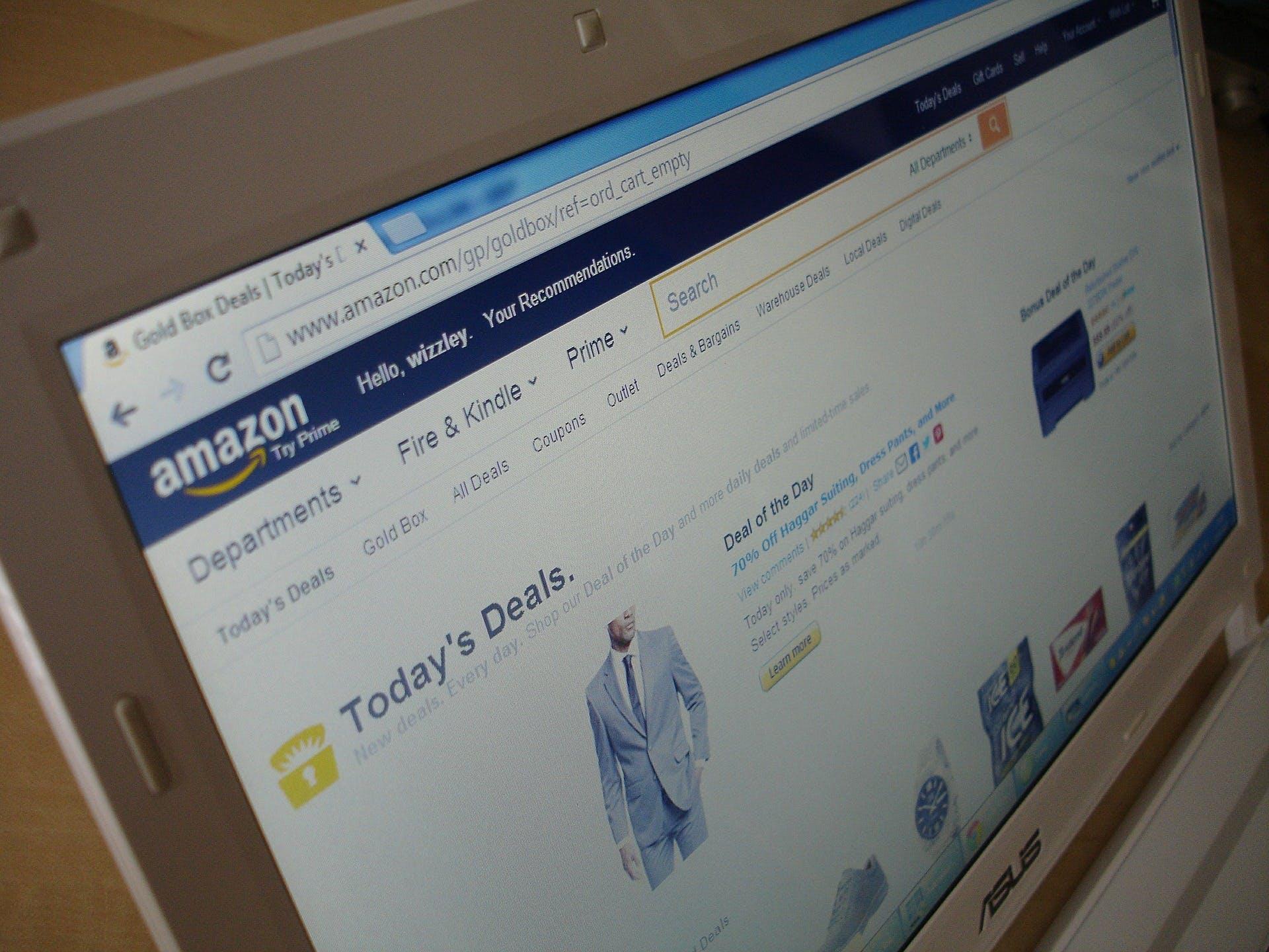 foto da tela de um computador com o site da amazon aberto