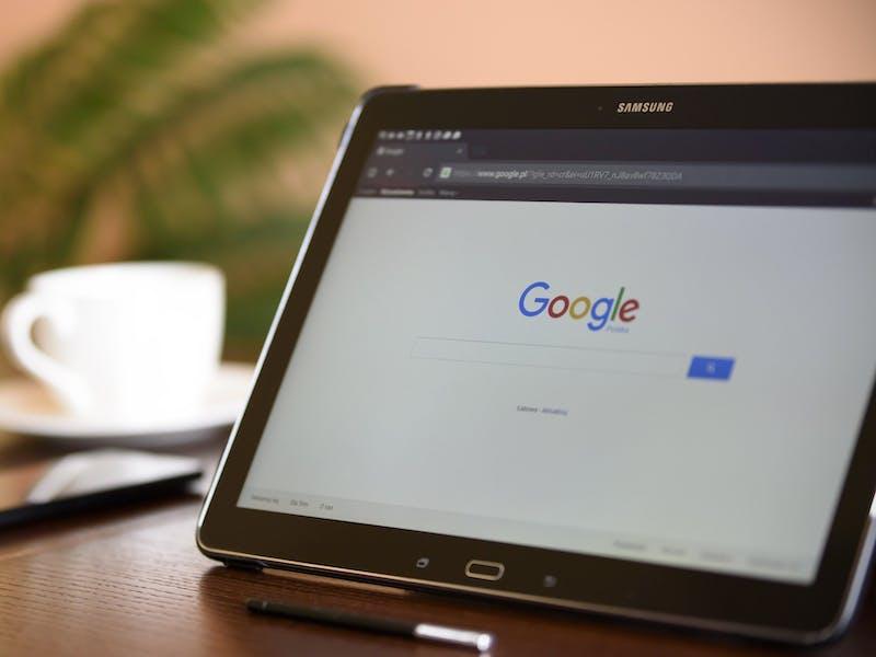 tablet com a página do Google aberta