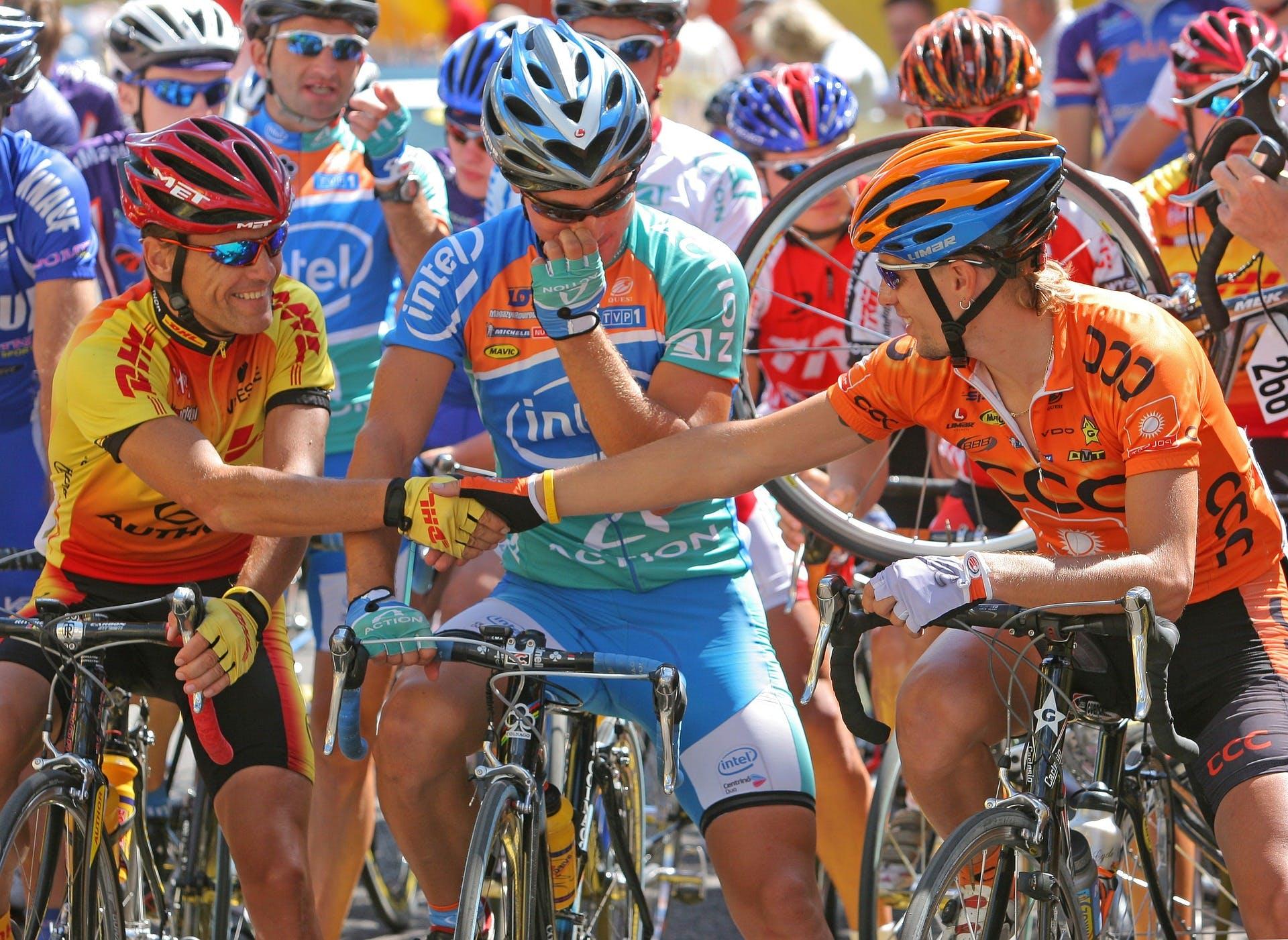 grupo de ciclistas em uma possível competição