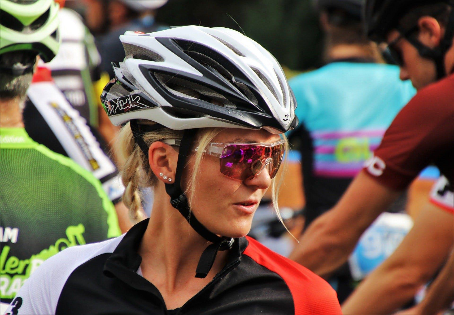 ciclista usando capacete e óculos