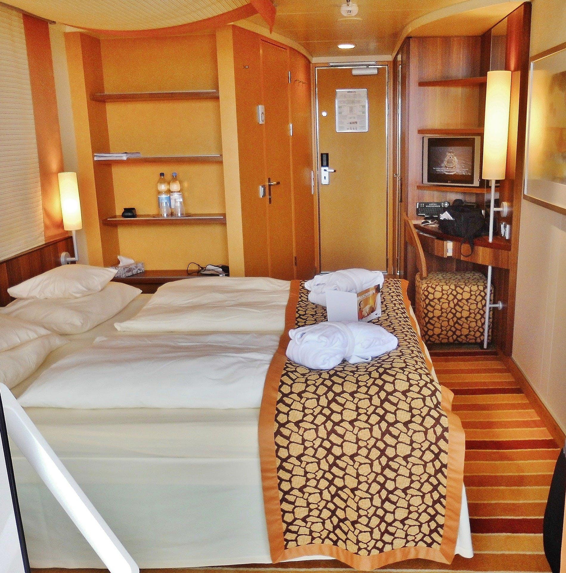 cabine interna de um navio de cruzeiro, com cama e armários