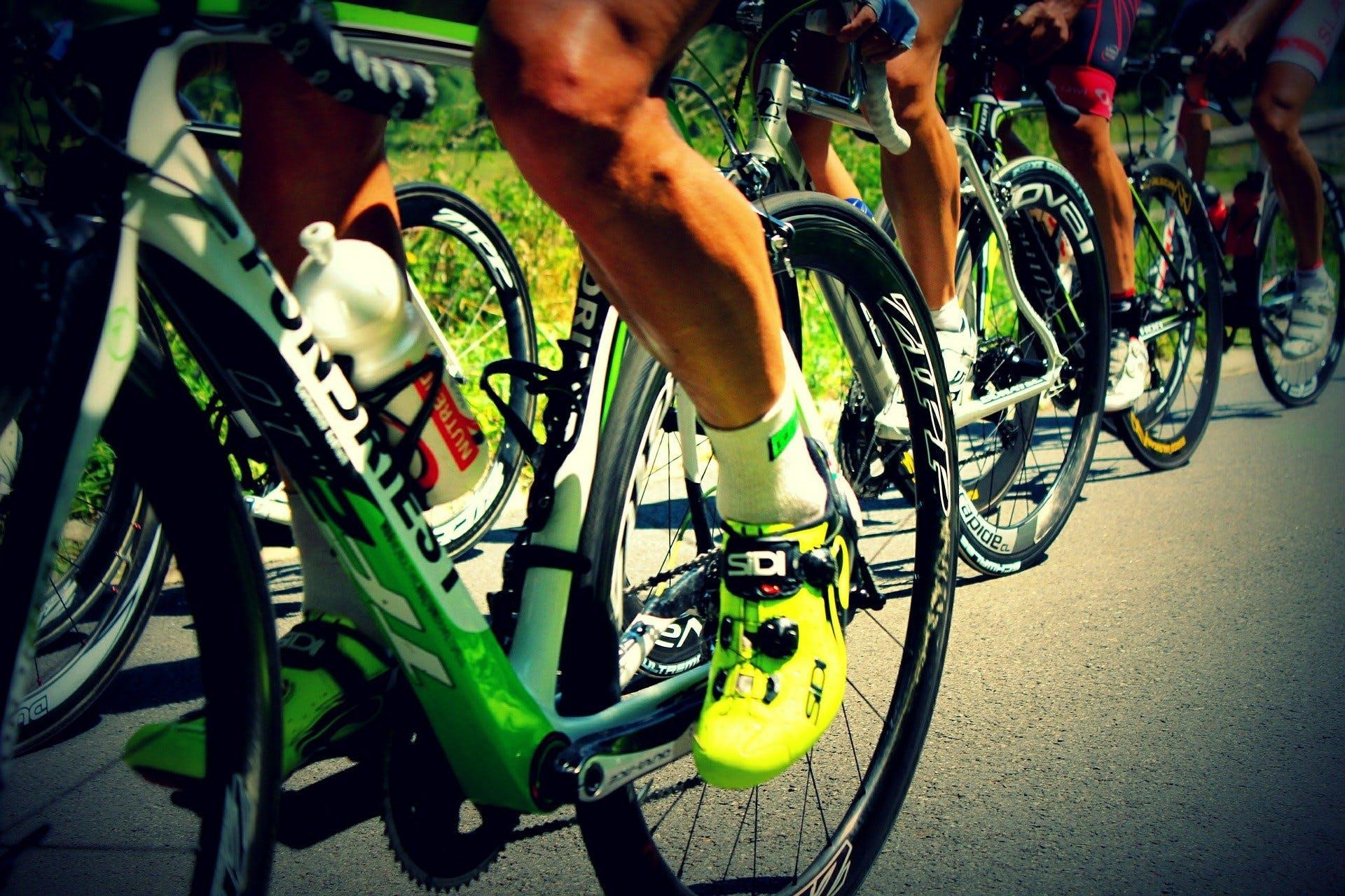 foto mostrando as sapatilhas e meias de ciclistas