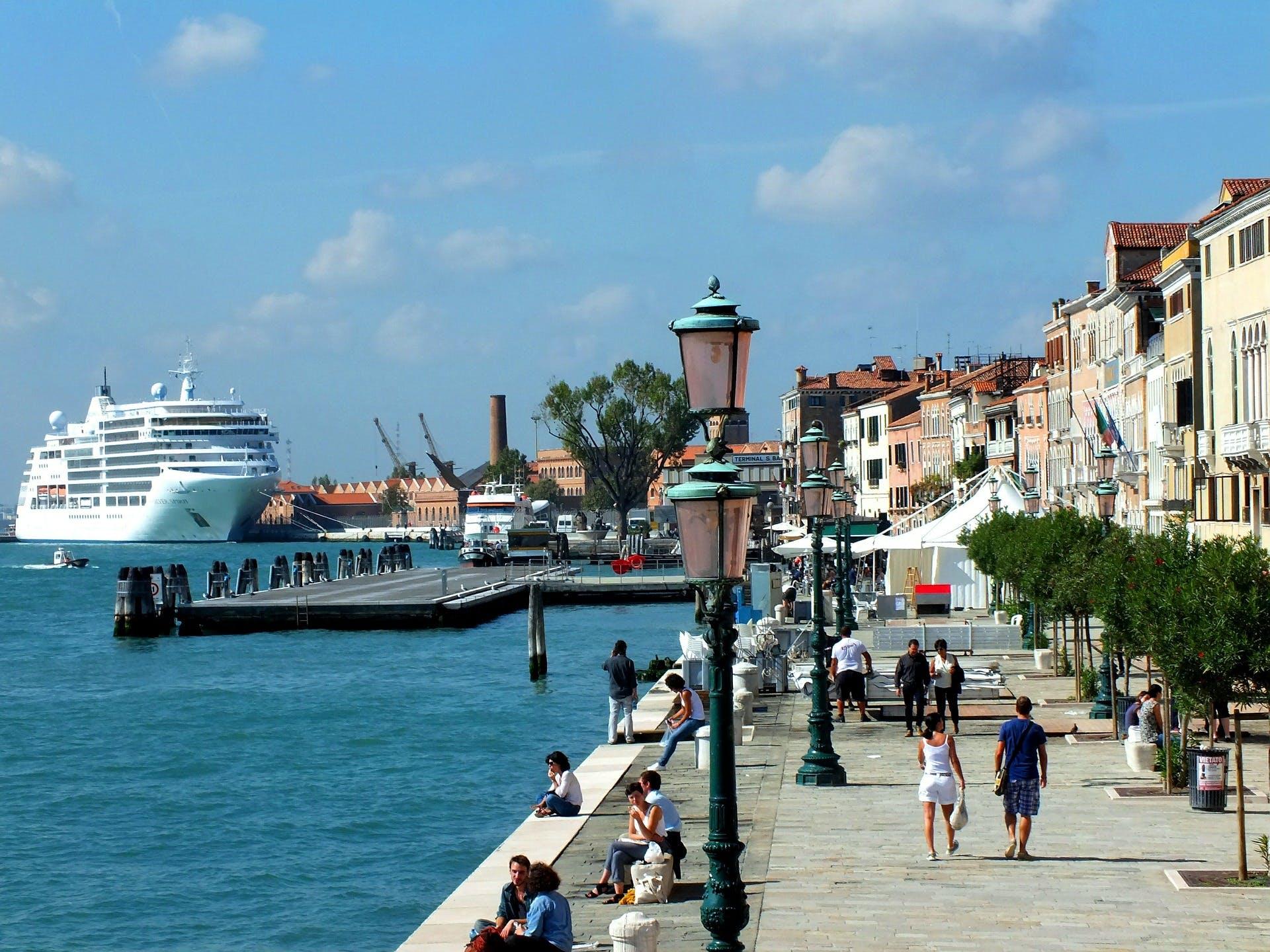 fotografia de um cruzeiro ancorado em um porto na Itália