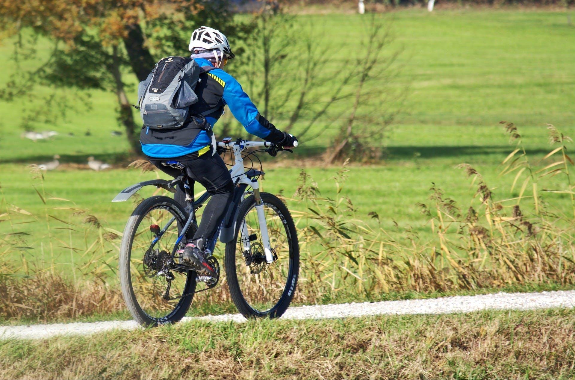 ciclista com mochila de hidratação nas costas