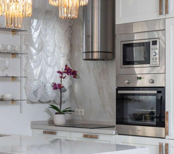 Cozinha planejada com forno elétrico de embutir