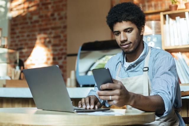 skicka uppföljningsmeddelande till kunder där de kan ge omdömen via tex Trustpilot