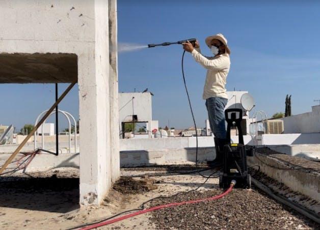 José Guajardo, el exterminador de palomas en Torreón.