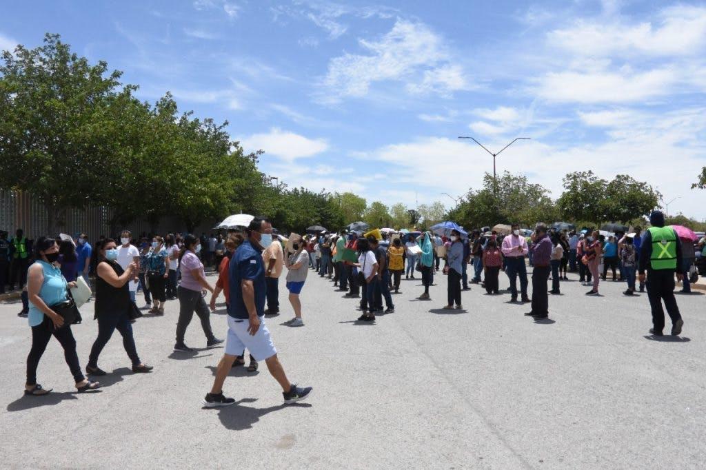 Adultos de 50 años o más esperan su turno para recibir la vacuna en La Rodadora, en Ciudad Juárez.