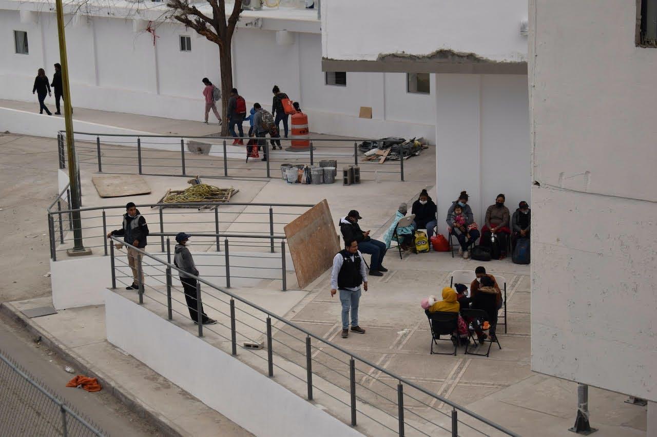 Migrantes en el exterior del CAIM en Ciuad Juárez