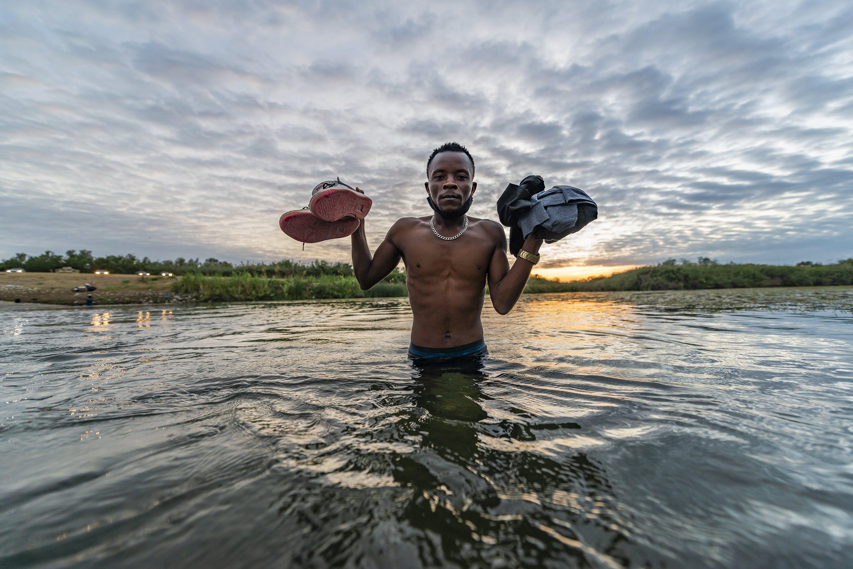 Migrante haitiano al amanecer en el Rio Bravo.