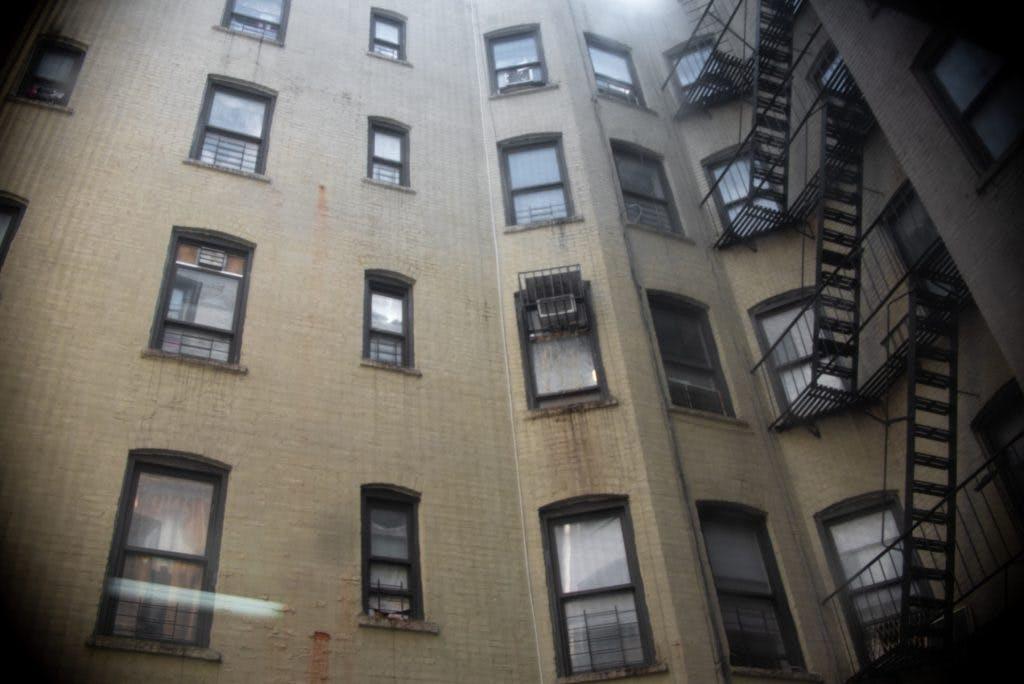 Edificio donde viven migrantes mexicanos en NY.