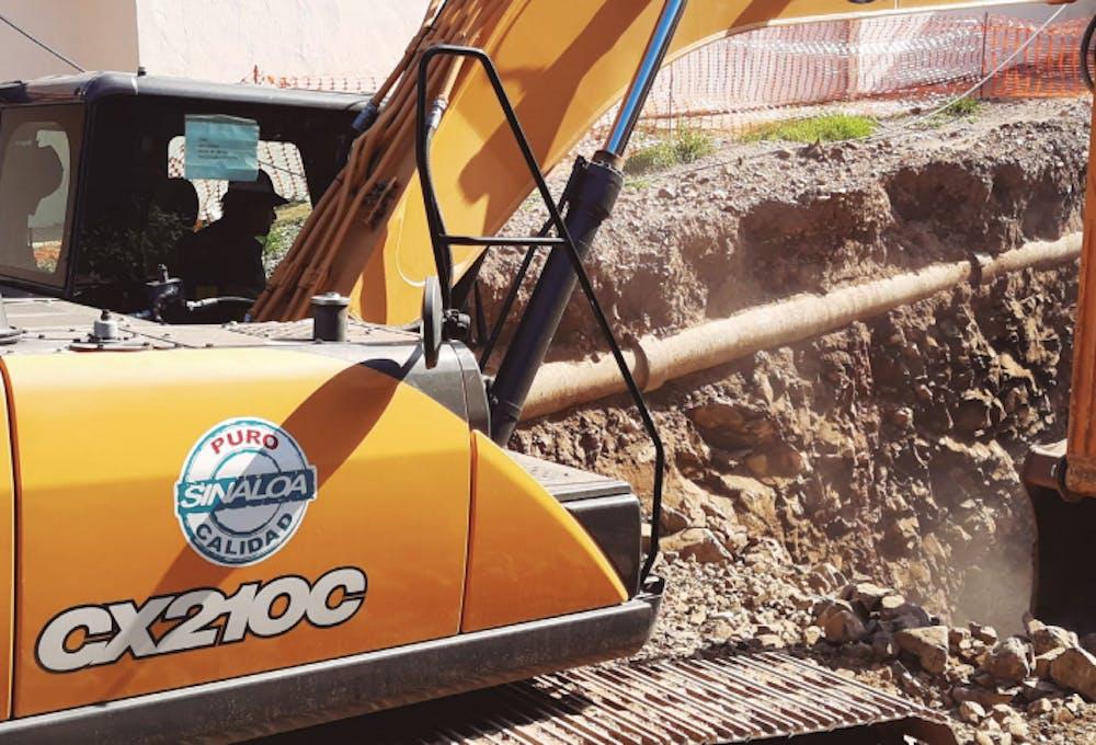 Una máquina excavadora, las operaciones de Precasin, una empresa involucrada en contratos otorgados en forma irregular.