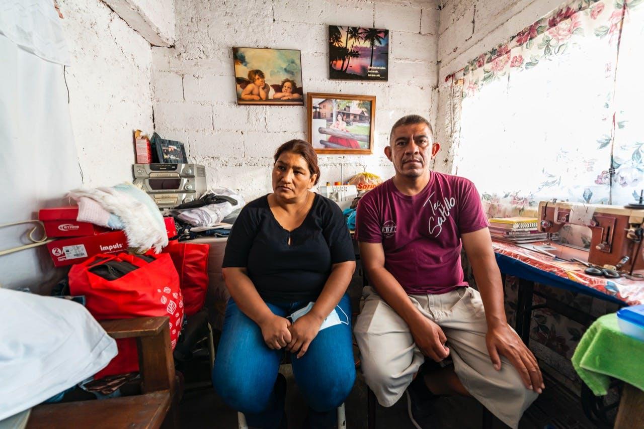 Azucena Herrera y Antonio Ridríguez, madre y padre de Eduardo, en su casa en Cuatrociénegas.