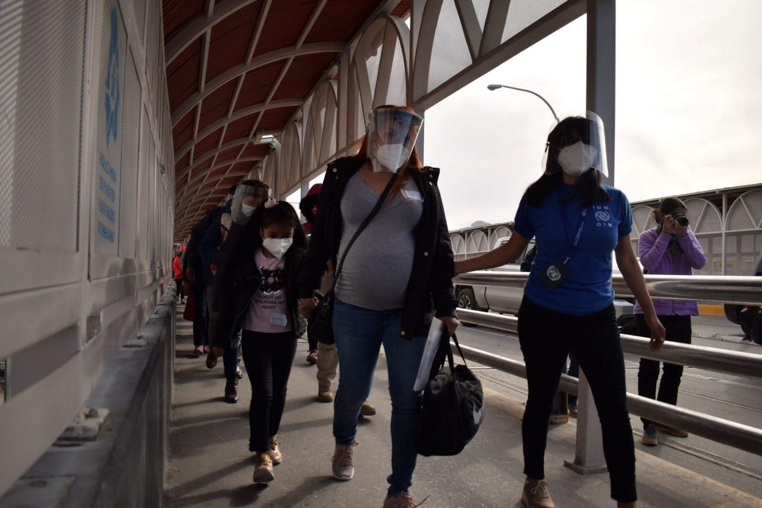Migrantes del primer grupo que cruzí de Ciudad Juárez a El Paso, Texas, bajo el programa MPP