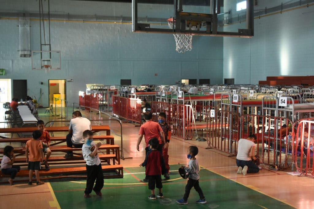 Migrantes retornados de EU por Ciudad Juárez en el Gimnasio Kiki Romero, habilitado como albergue.