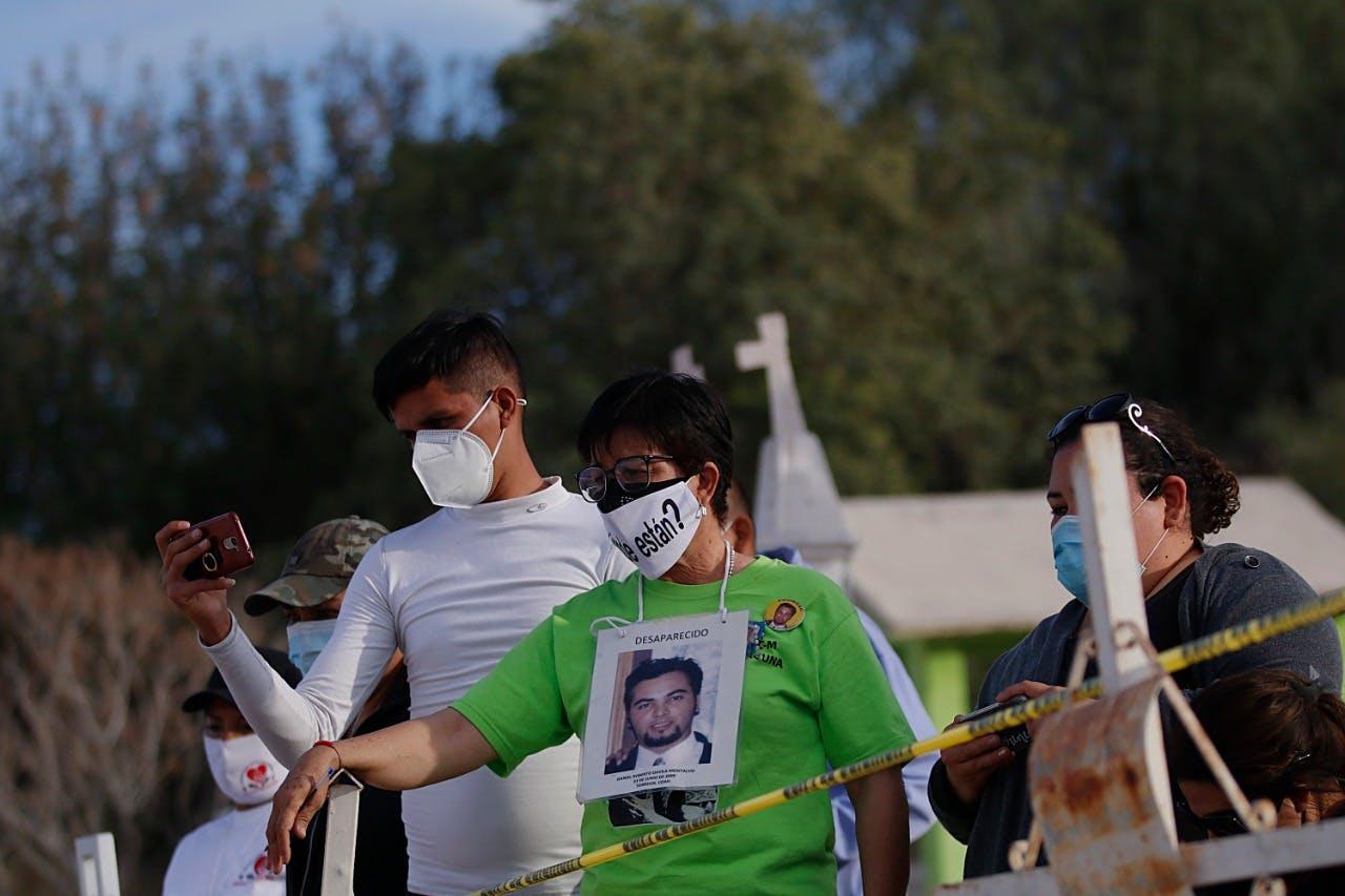 Familiares de desaparecisos participan en una exhumación en busca de sus familiares en Coahuila.