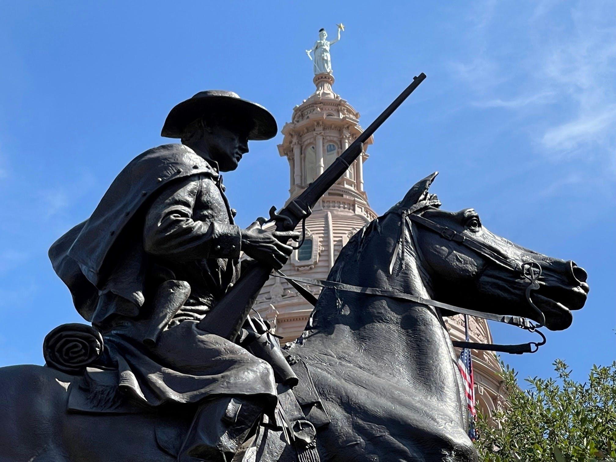 Estatua de los texas Rangers.