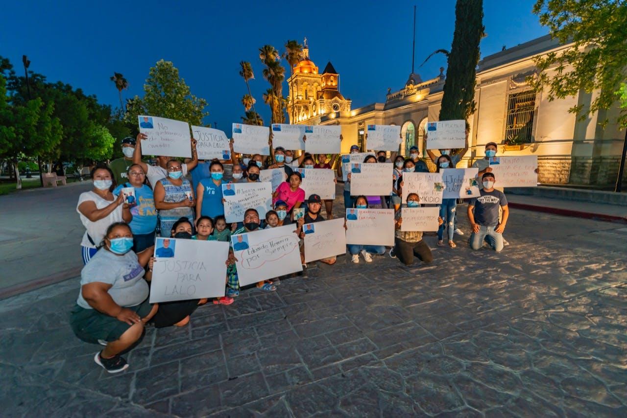 Protesta de algunos amifos, conocidos y vecinos que hciieron en la plaza principal, exigiendo justicia para Eduaro Ramírez.