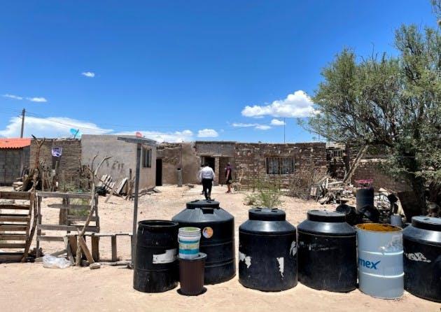 una vivienda con tinacos de agua