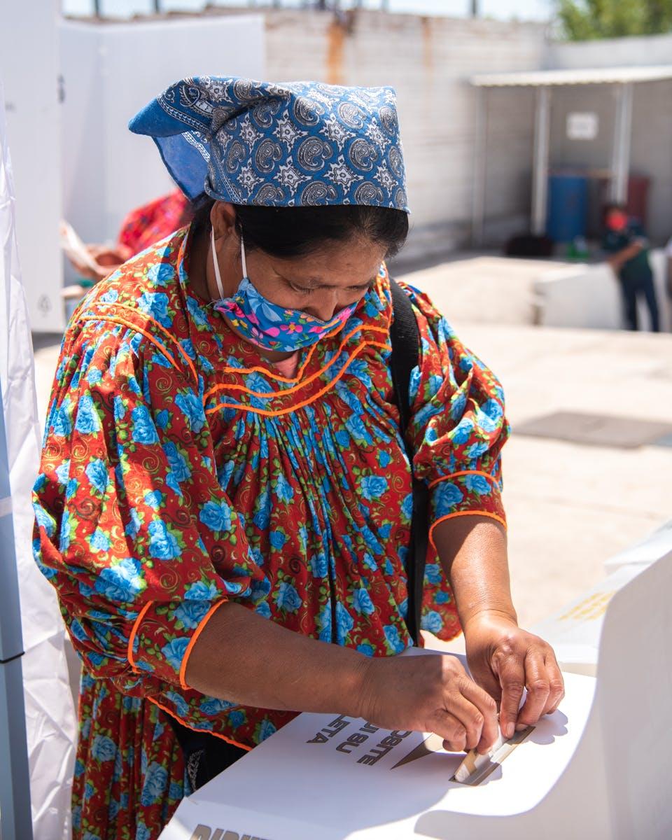 Mujer rarámuri vota en Chihuahua.