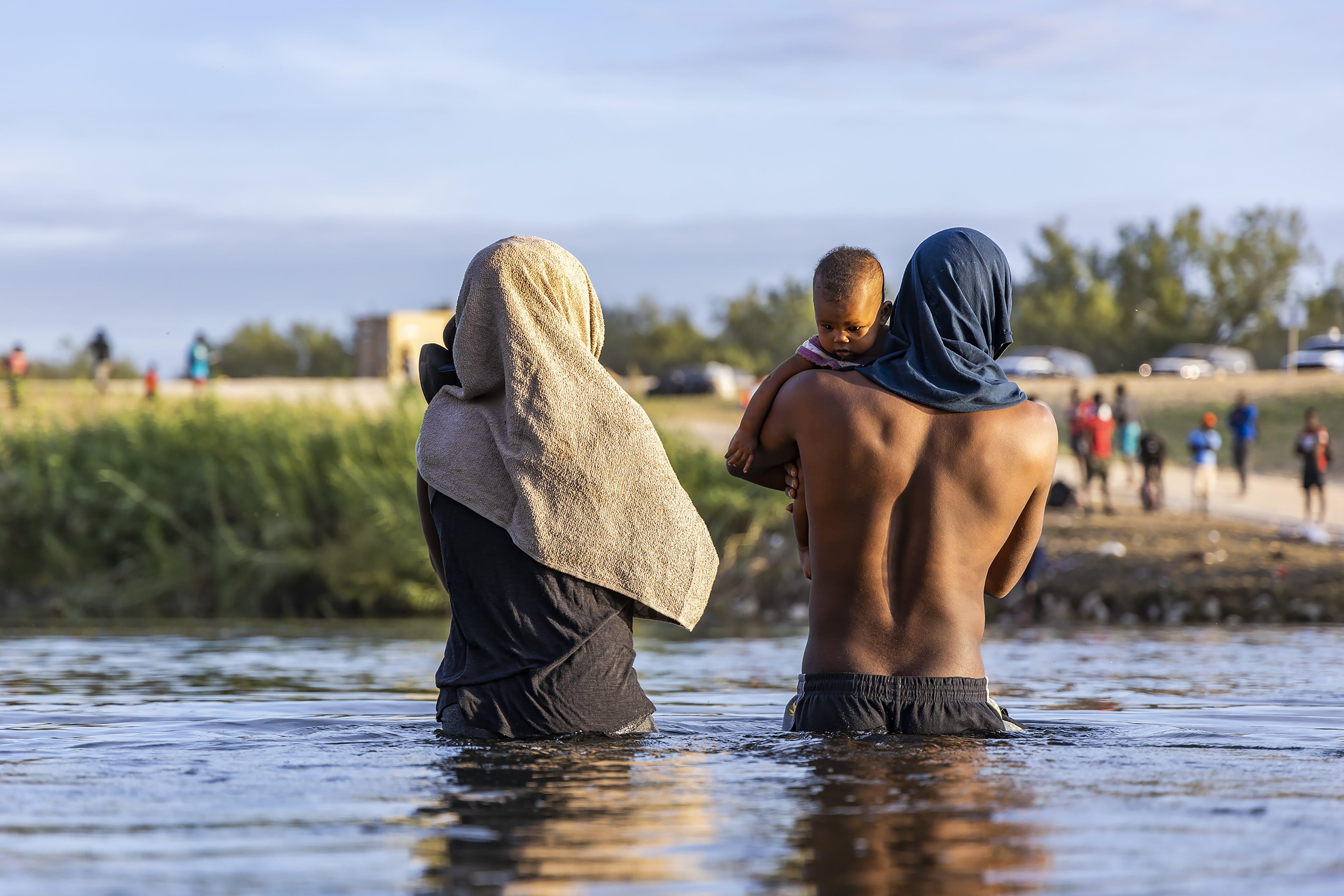 Haitianos cruzan el río Bravo.