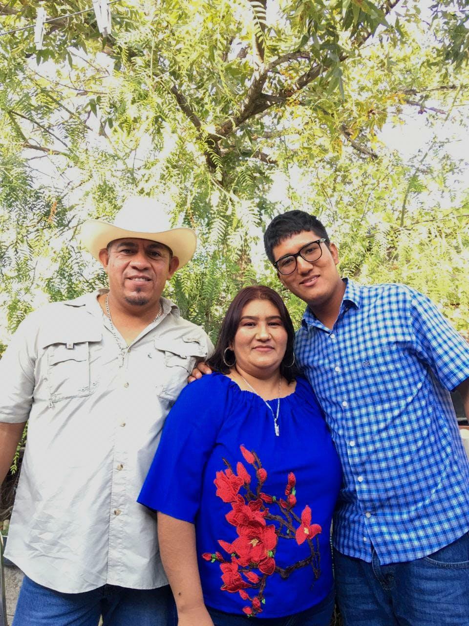 Eduardo Ramírez (der.)  con su madre Azucena Herrera y Antonio Rodríguez, su padre.