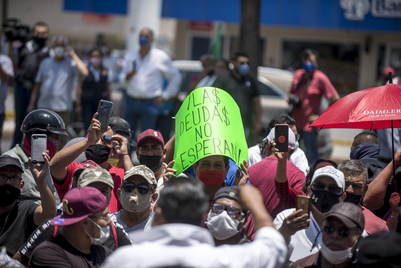 Trabajadores de bares y salones de fiesta protestan por falta de apoyos en Saltillo.