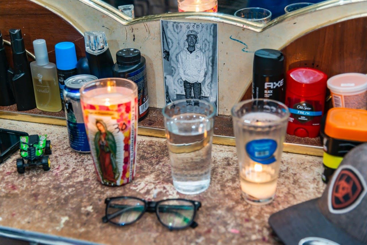 Altar que los papás de Eduardo montaron en cu cuarto junto con sus lentes y una lata de cerveza.