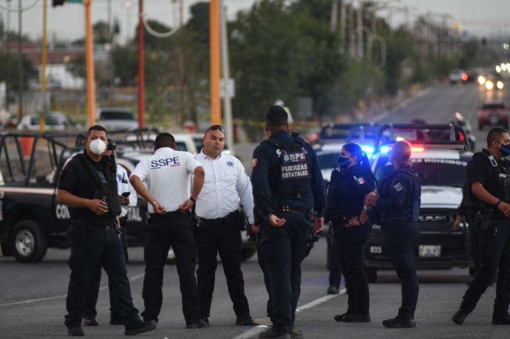Policías vigilan protesta en Juarez por toma de posesión de Maru Campos.