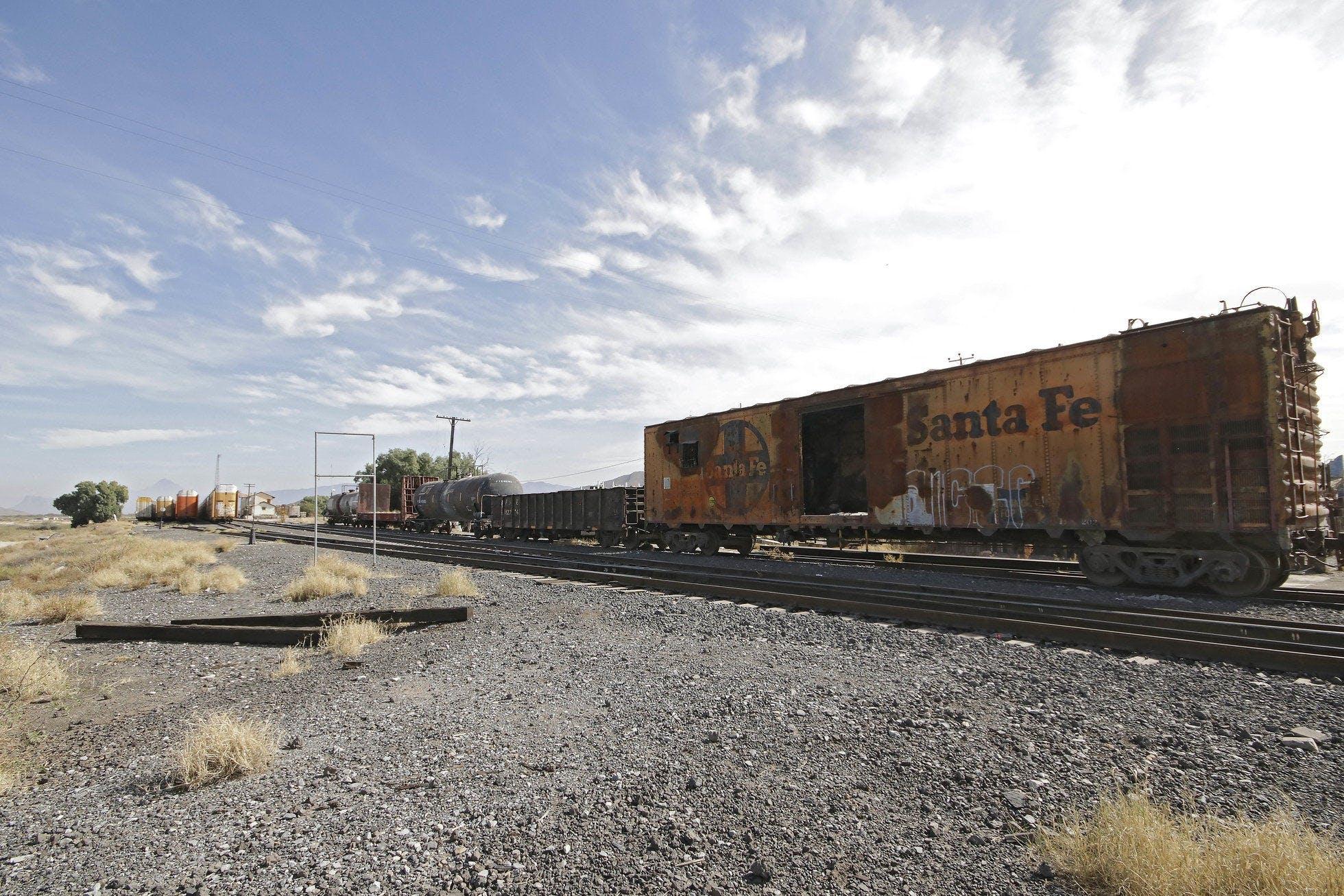 furgon de un tren de carga en las vias del tren.