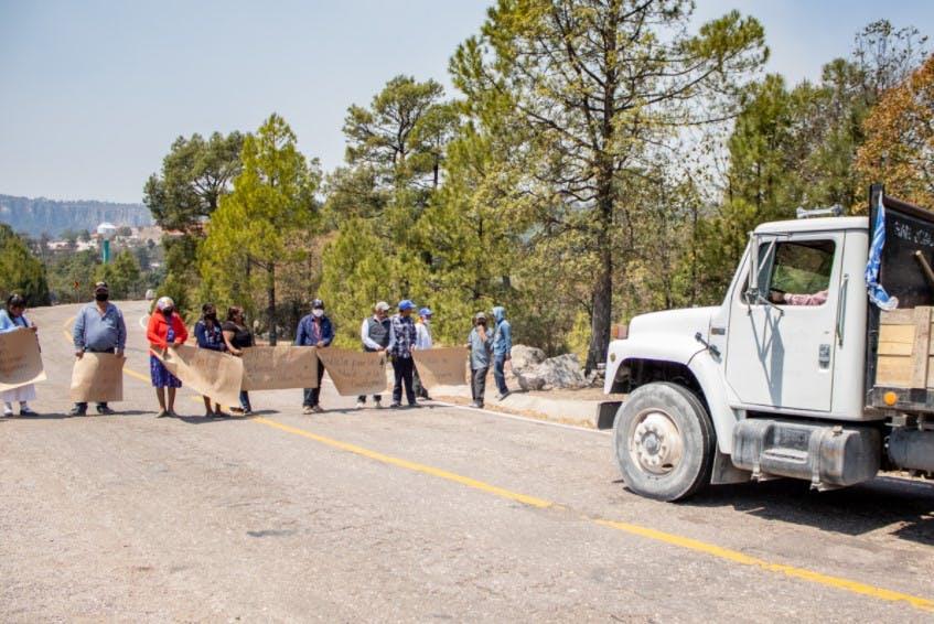 Toma pacífica de carretera de comunidad raramuri.