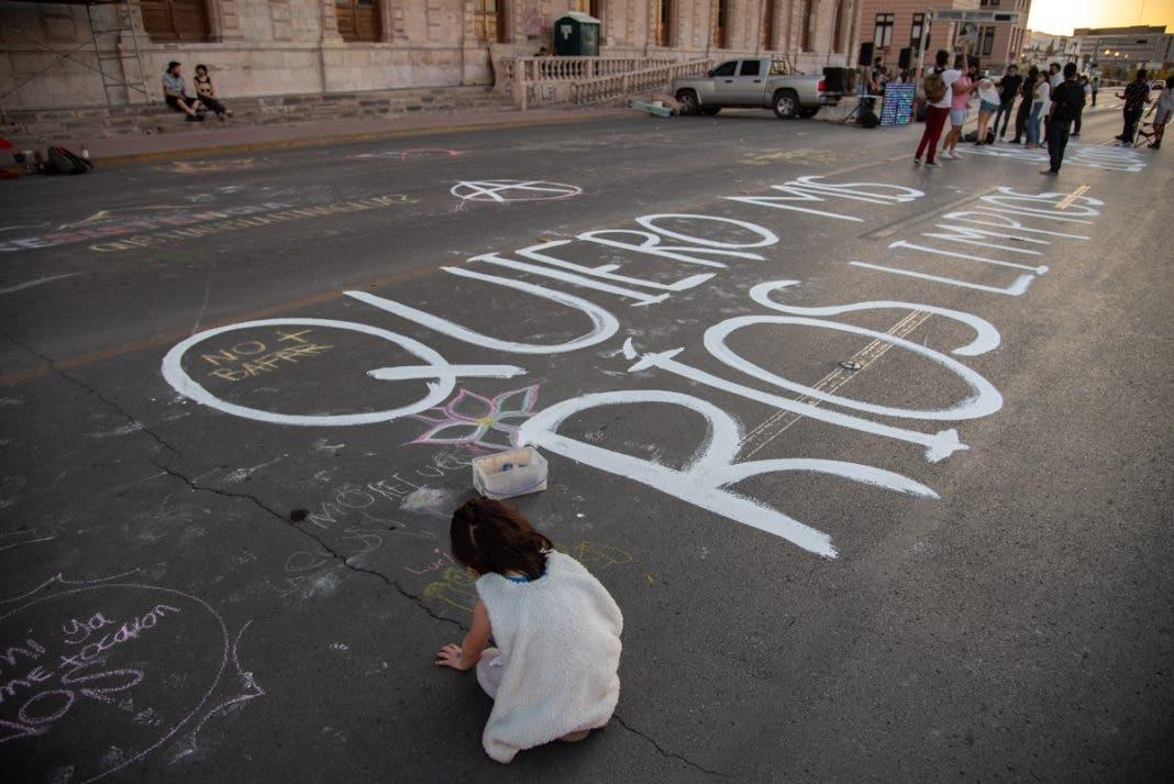 Protestas organziadas por colectivos ambientalistas por la contaminaicón del Rio Chuvíscar.