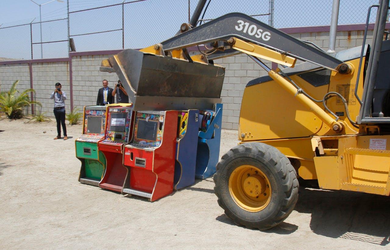 Maquina tragamonedas destruidas por Jaime Bonilla.