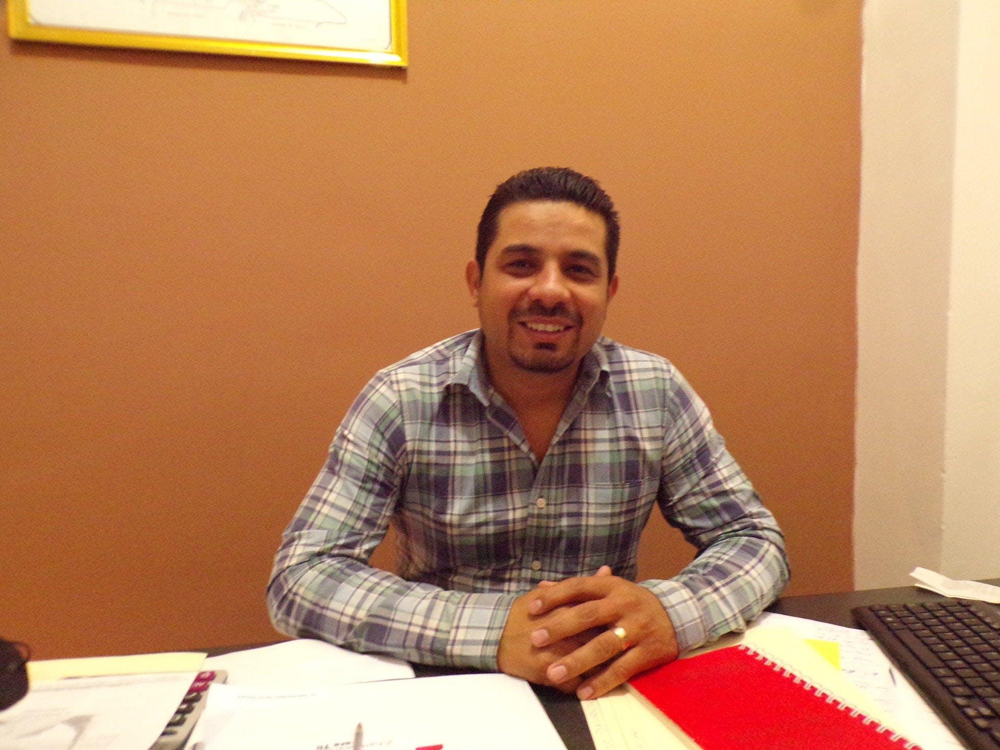 Jose Garcia, funcionario de Ramos Arizpe, sentado atras de su escritorio.