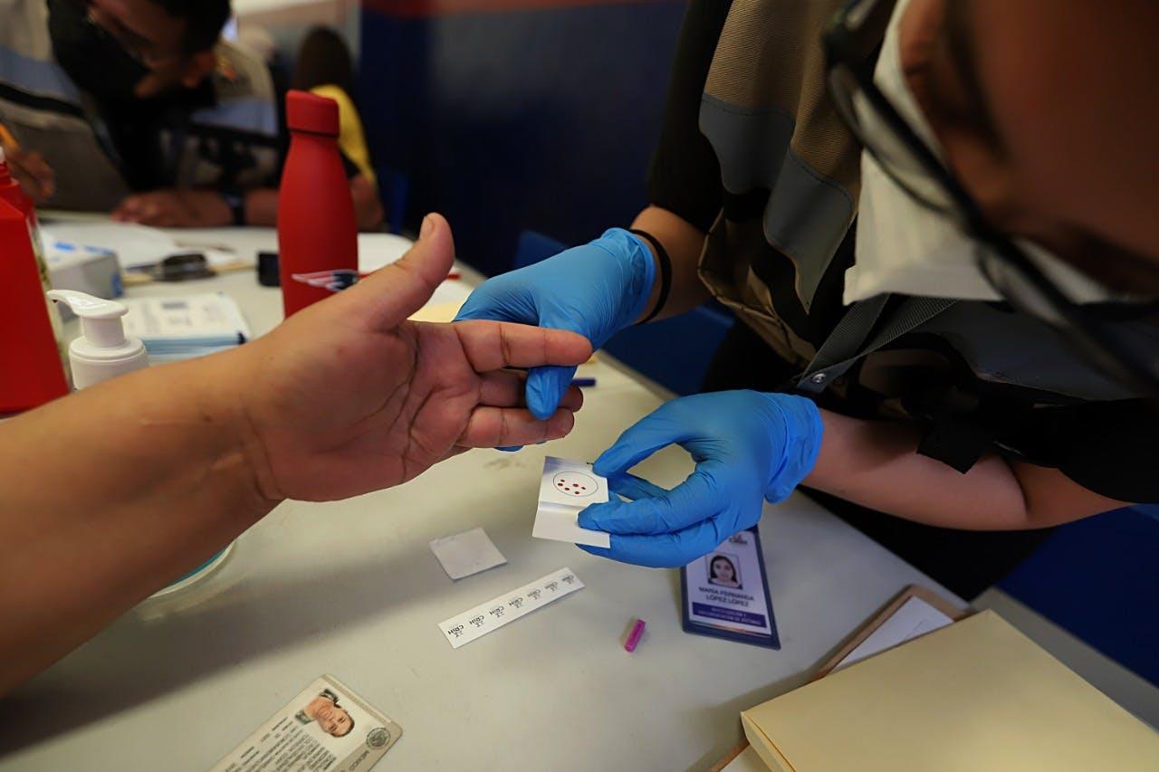 Yoman muestras de sangre para hacer comparaciones e identificar a desaparecidos en Coahuila.