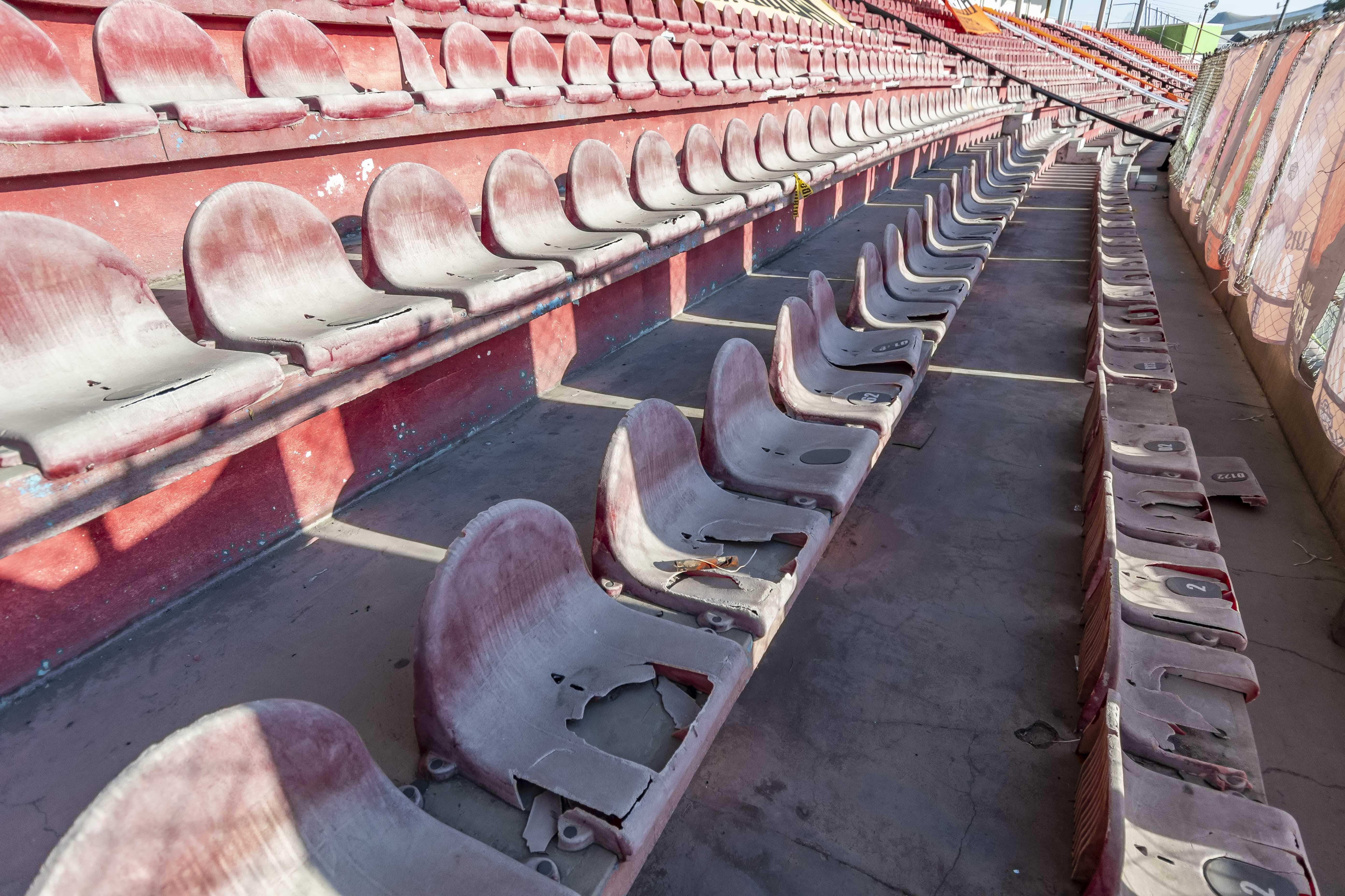 Butacas en mal estado de estadio en Coahuila.