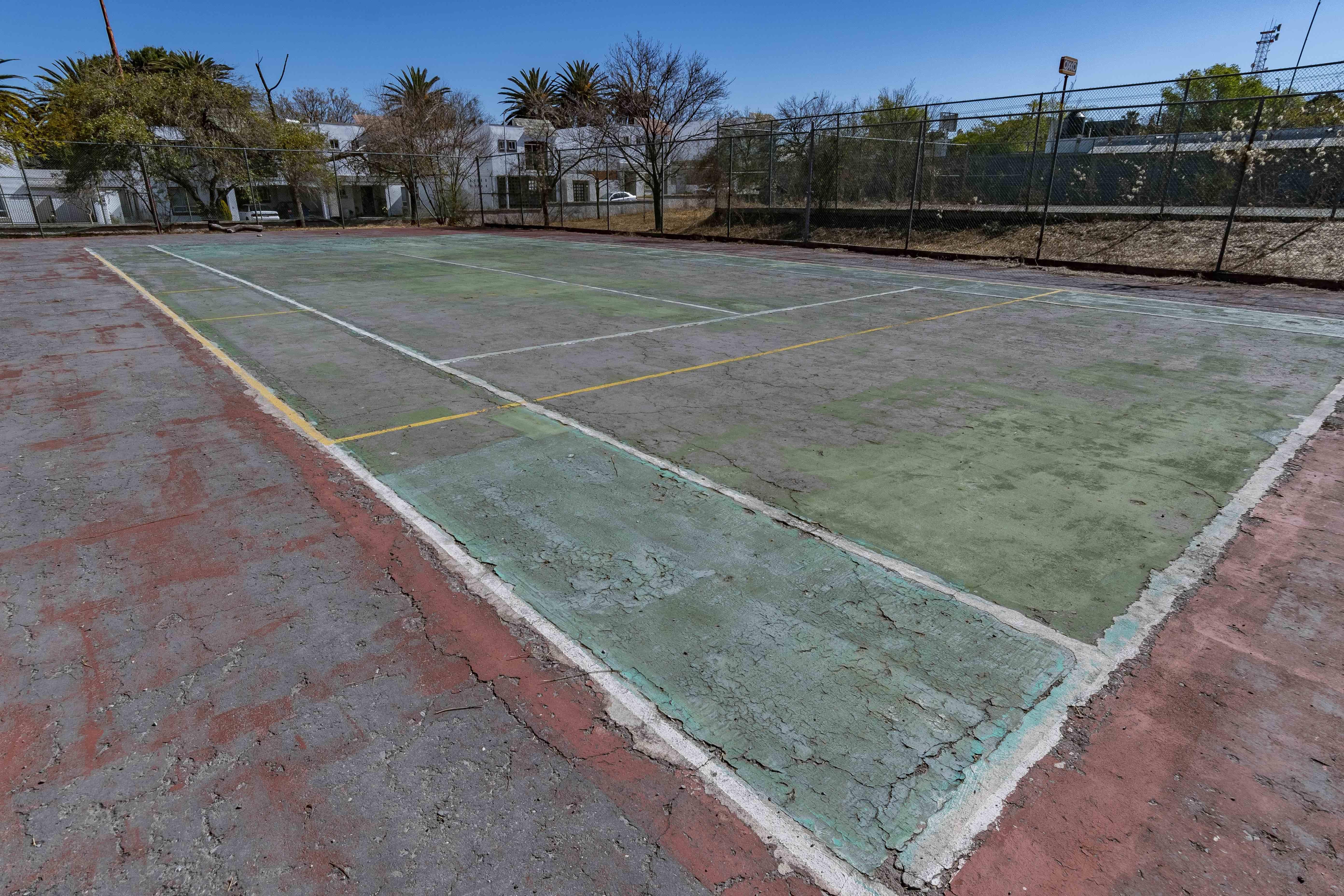 Cancha de tenis en mal estado del Inedec.