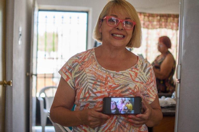 Belkys se comunica con sus hijas que est´pan en Caracas.