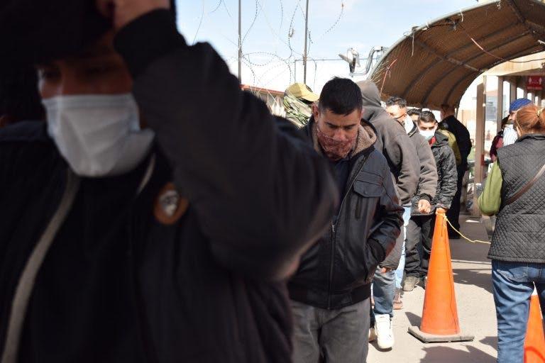 Migrantes retornados de Estados Unidos hacia México en Ciudad Juárez.