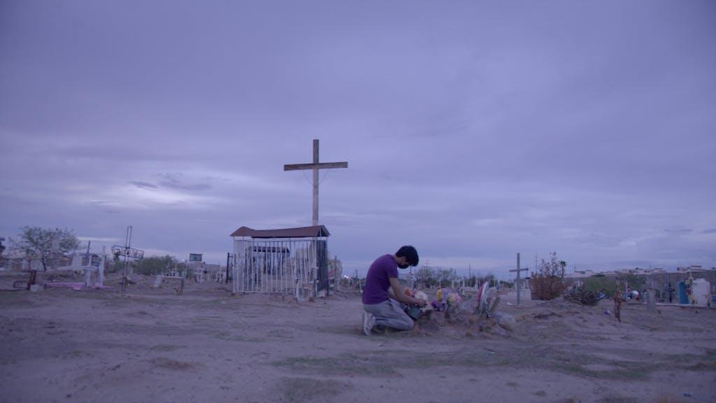 Joven lleva  flores al cementerio de Ciudad Juárez.
