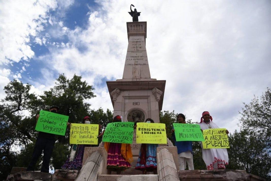 manifestantes contra el monumento del general Joaquin Terrazas.