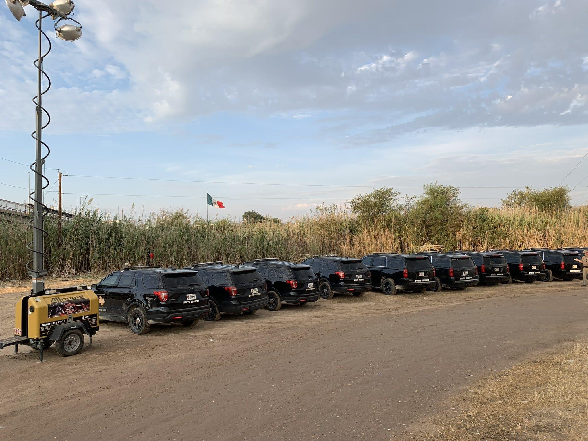 Los Texas Rangers tambien vigilan la frontera con México.