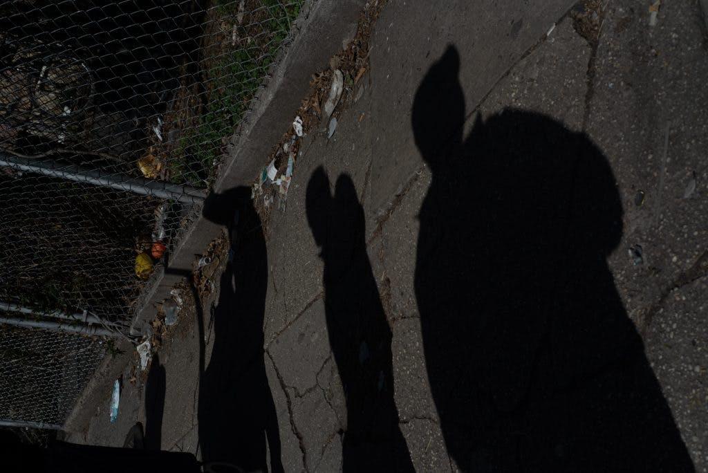 Migrantes esperan una caja de comida en Corona, Queens.