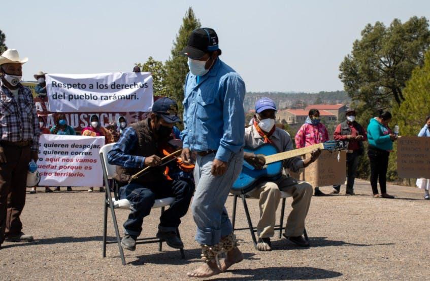 Musica durante la protesta de la comunidad rarámuri.