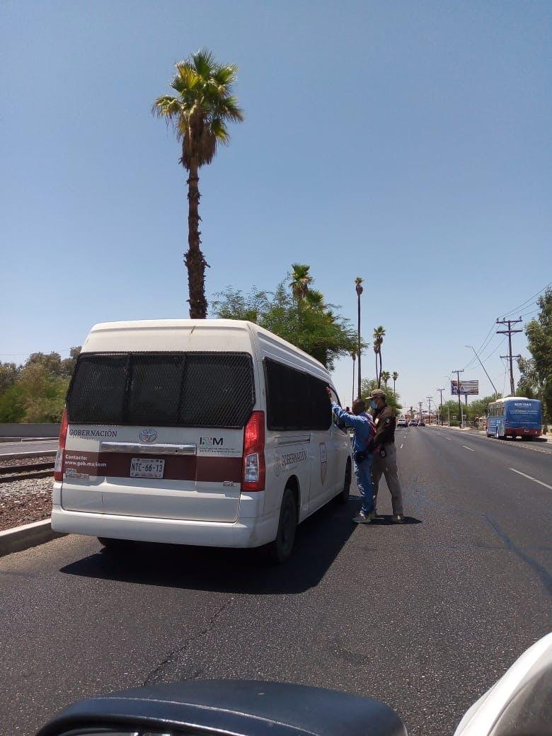 Agentes del INAMI detienen a un migrante en las calles