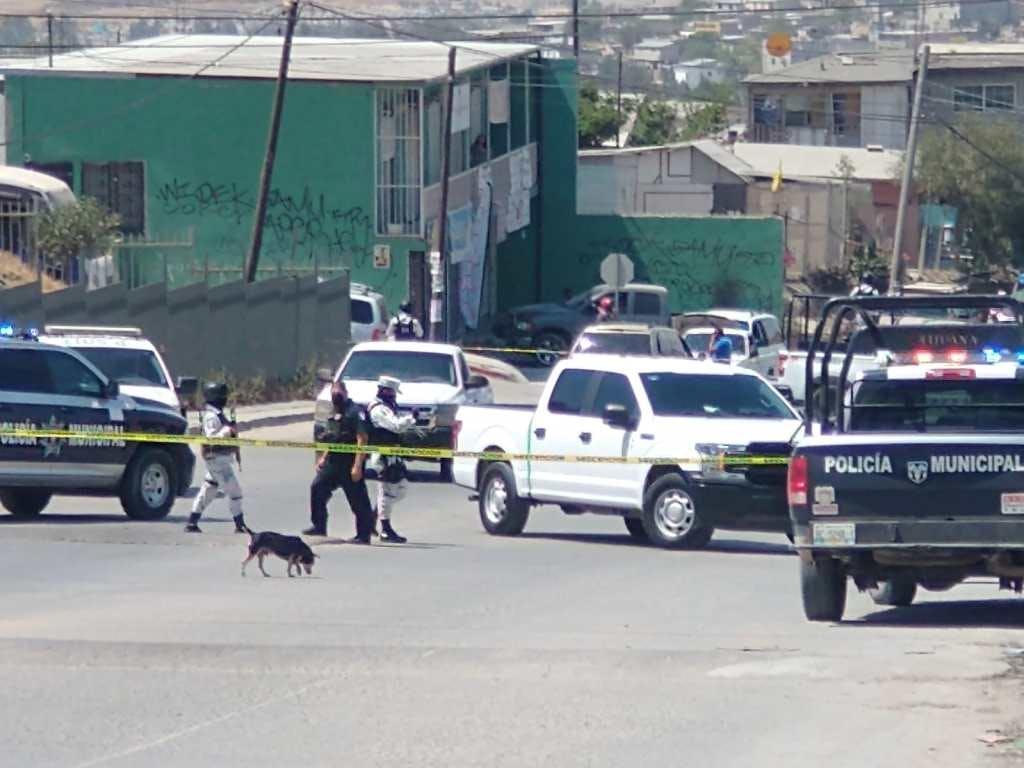 Policias buscan rastros de criminales que dejaron restos humanos cerca de una casilla.