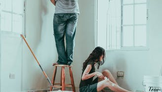 couple_painting_doing_home_improvement