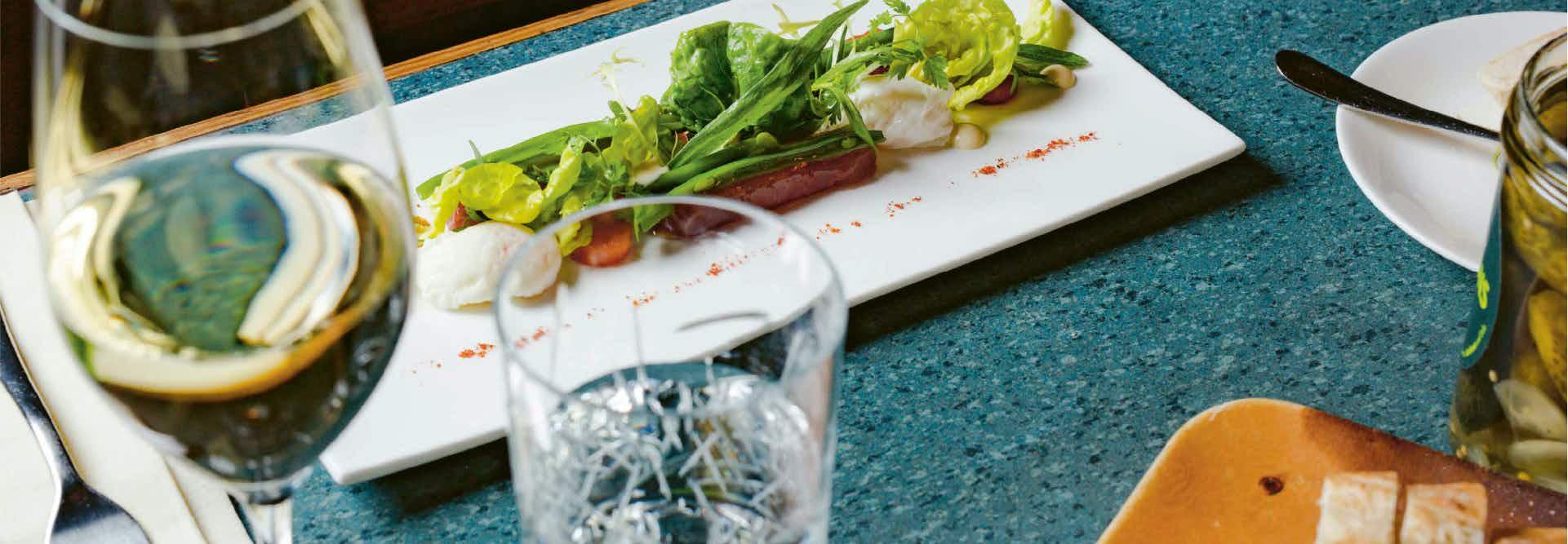 Brasserie Colette Tim Raue - Gedeckter Tisch mit französischen Speisen
