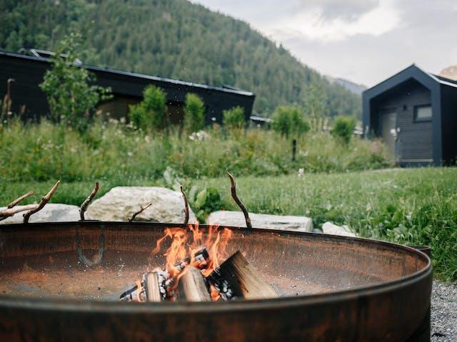 sommerurlaub montafon cabingarten stockbrot lagerfeuer feuerstelle